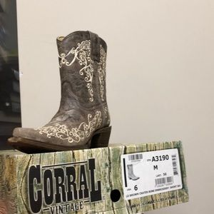 CORRAL VINTAGE SIZE 6 GREAT DEAL!!!!